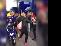 Rossi Dituntut Fansnya Sendiri Akibat Ditabrak dan Ditendang di MotoGP Valencia